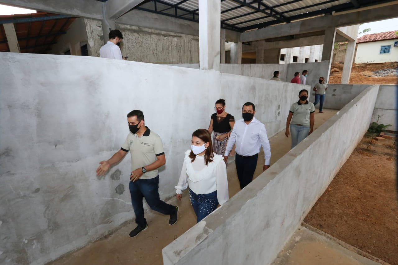 Secretária Adriana Aguiar visita obras da futura sede do Colégio Militar em Guaraí