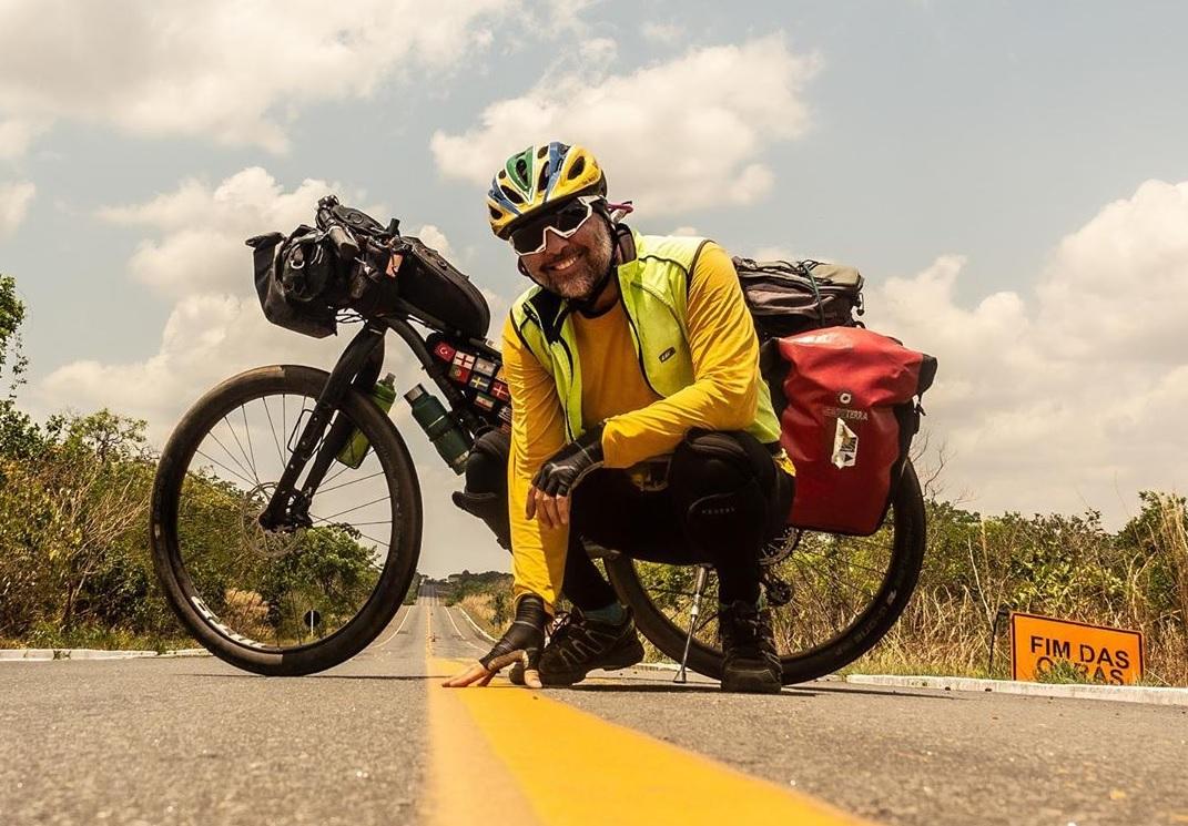 Empresário que desbrava o mundo de bike registra temperatura de 49,1º ao passar por Guaraí