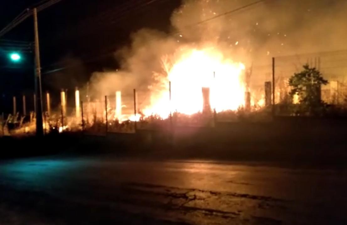 Foto: Divulgação/WhatsApp - Primeiras informações sobre a queimada foram divulgadas por volta das 19h; em pouco tempo, toda a vegetação e os restos da construção abandonada foram consumidos pelo fogo sem controle.