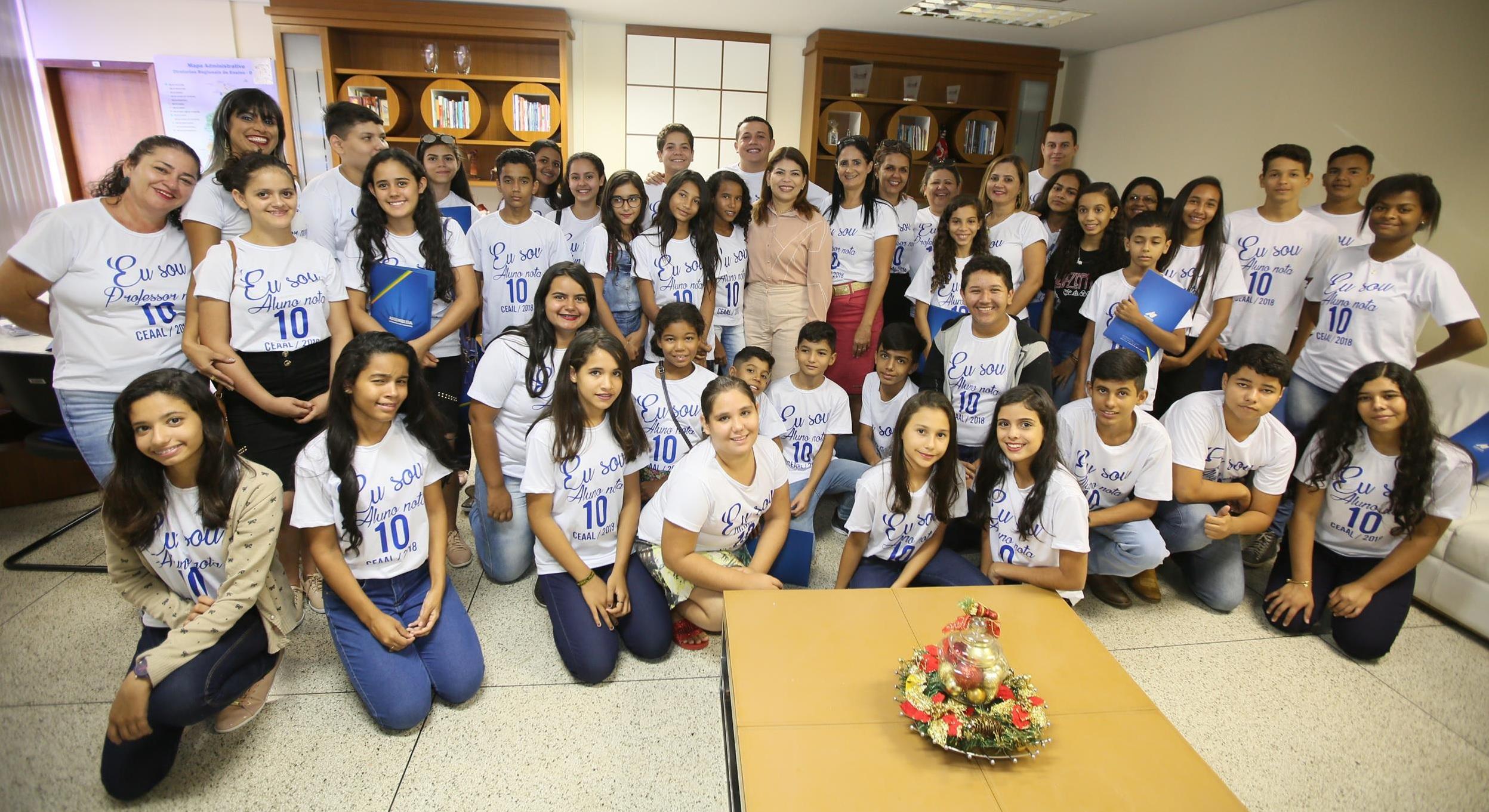 """Foto: Divulgação/SEDUC - Os alunos e professores da """"Caravana Nota 10 do CEAAL"""" foram recebidos pela secretaria Adriana Aguiar, que parabenizou a unidade de ensino pela iniciativa."""