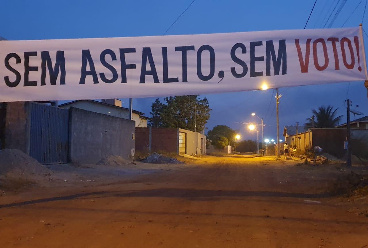 """Faixas cobram pavimentação nas vias do Setor Alvorada II de Guaraí; """"Sem asfalto, sem voto!"""""""
