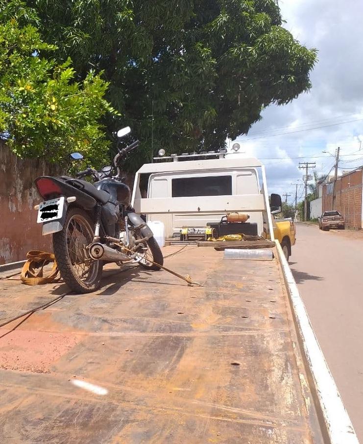Fiscalização do DETRAN/TO em Guaraí encontra moto com placa artesanal e R$ 3 mil de débitos