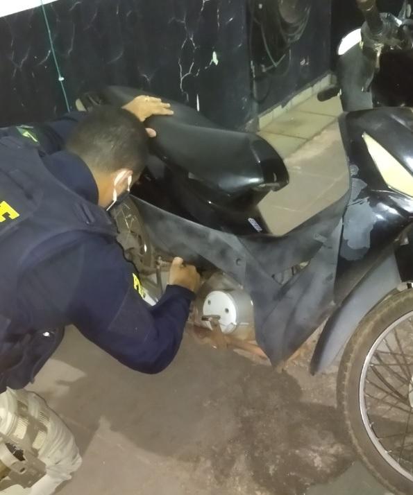 Adolescente de 13 anos é flagrado conduzindo moto Biz emprestada e com placa adulterada em Guaraí