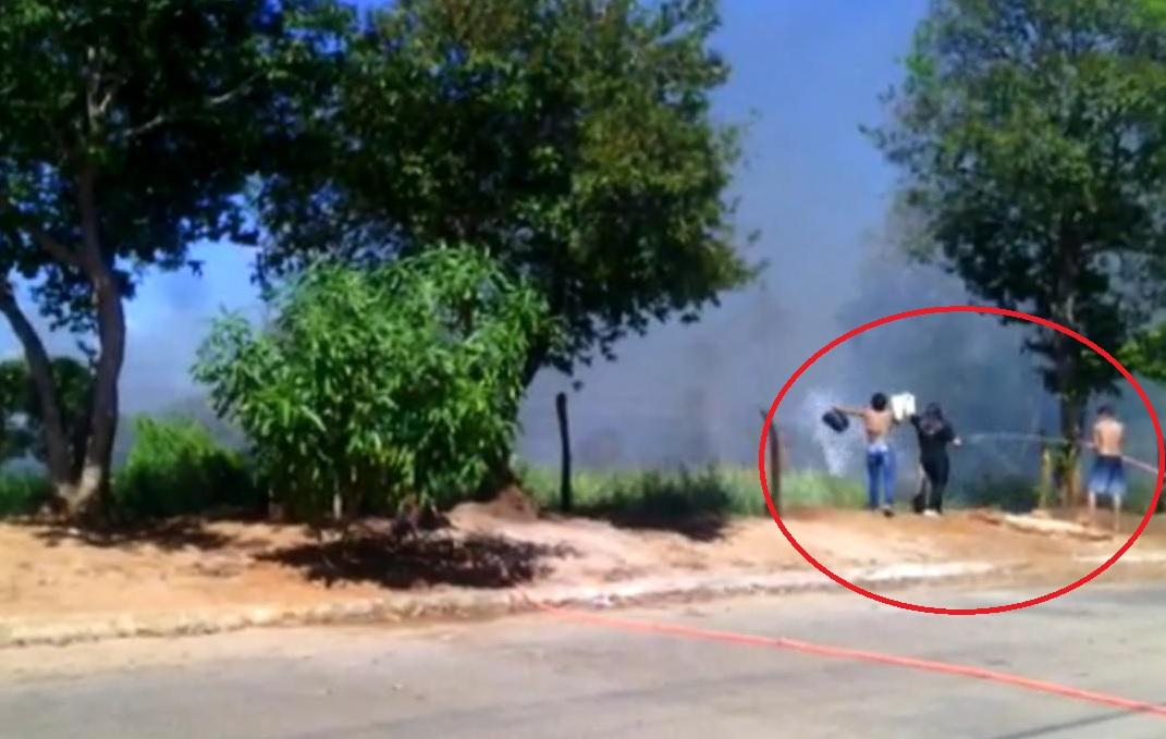 Moradores usam baldes e mangueiras para tentar controlar incêndio criminoso em Guaraí