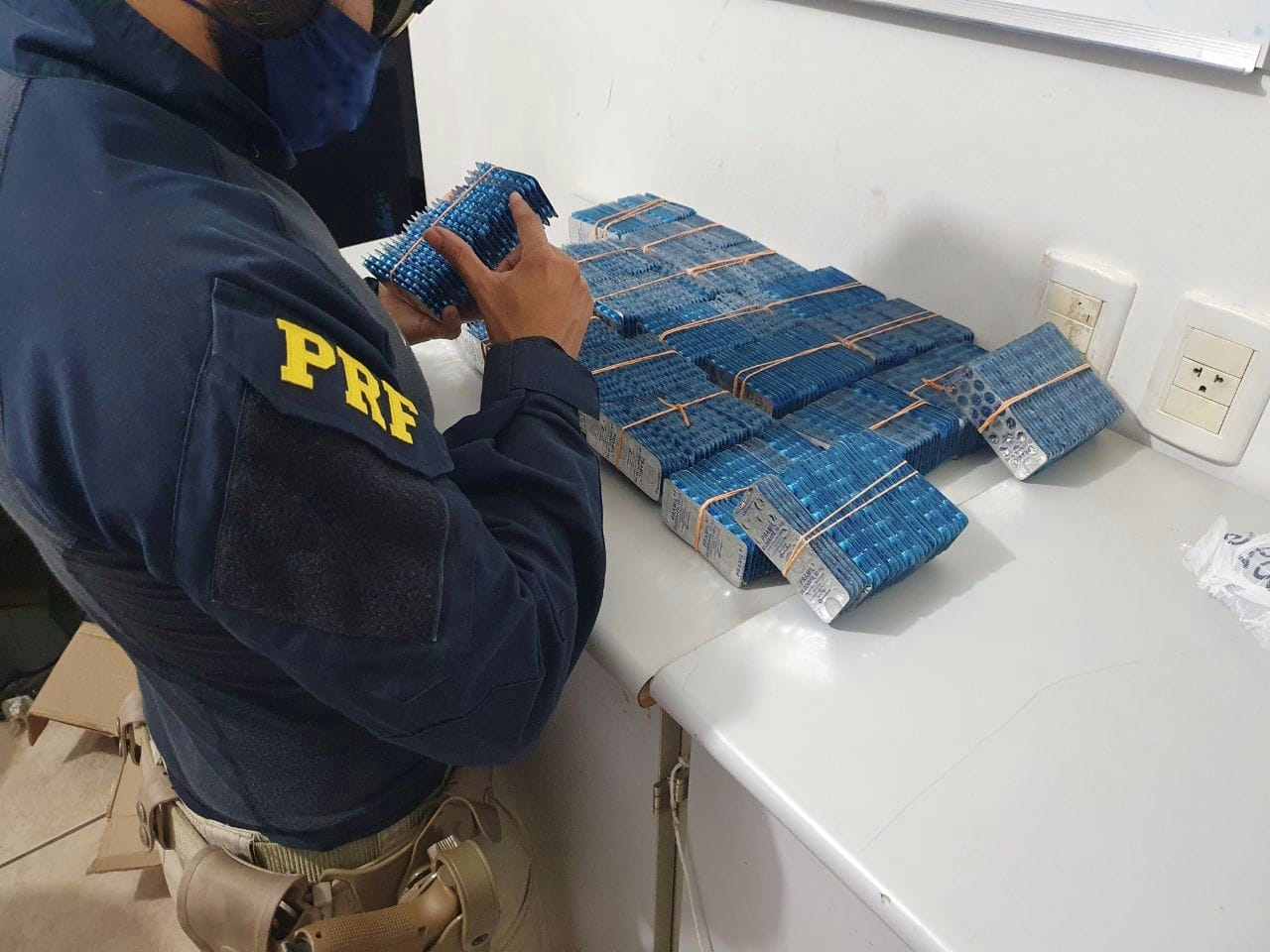 PRF apreende em Guaraí 20 mil comprimidos de Pramil, que possui venda proibida no Brasil