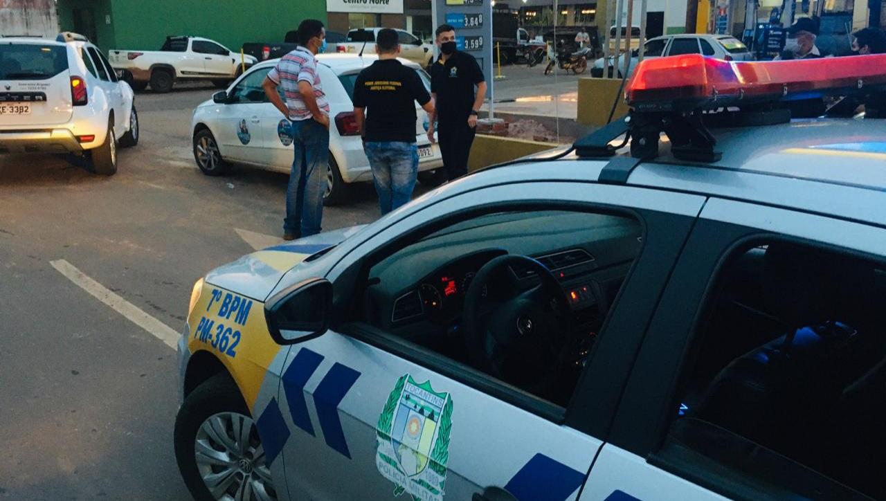 Justiça Eleitoral de Guaraí realiza ação para orientar sobre propagandas fixadas em veículos